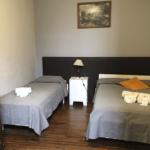 Una cama doble y una cama individual. Habitación para 3 personas